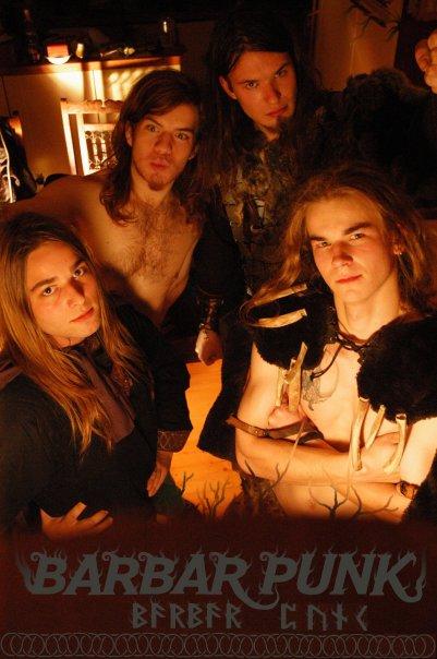 (zleva zhora) Dan Vertigo (bicí), Mamut (kytara, zpěv) (zleva zdola) Horset (zpěv, flétna), Galli (maskot kapely, tanečník)