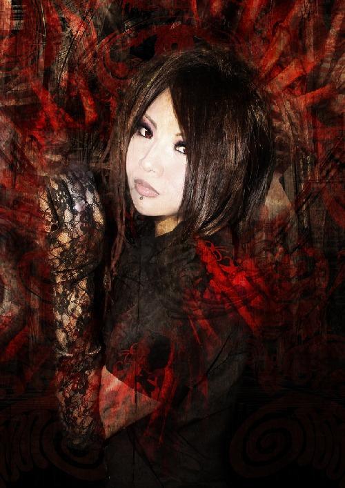 Kimi vystupuje také s kapelou Imperial Circus Dead Decadence